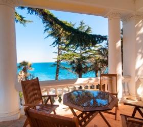 """Фотографии номера категории """"люкс с видом на море с большой верандой"""" в Лиго Морская"""